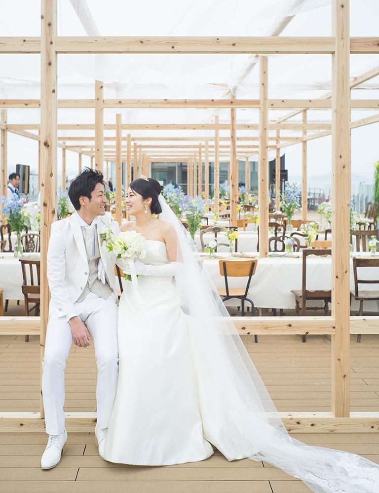 今治の港にあるはーばりーでの結婚式前の新郎新婦