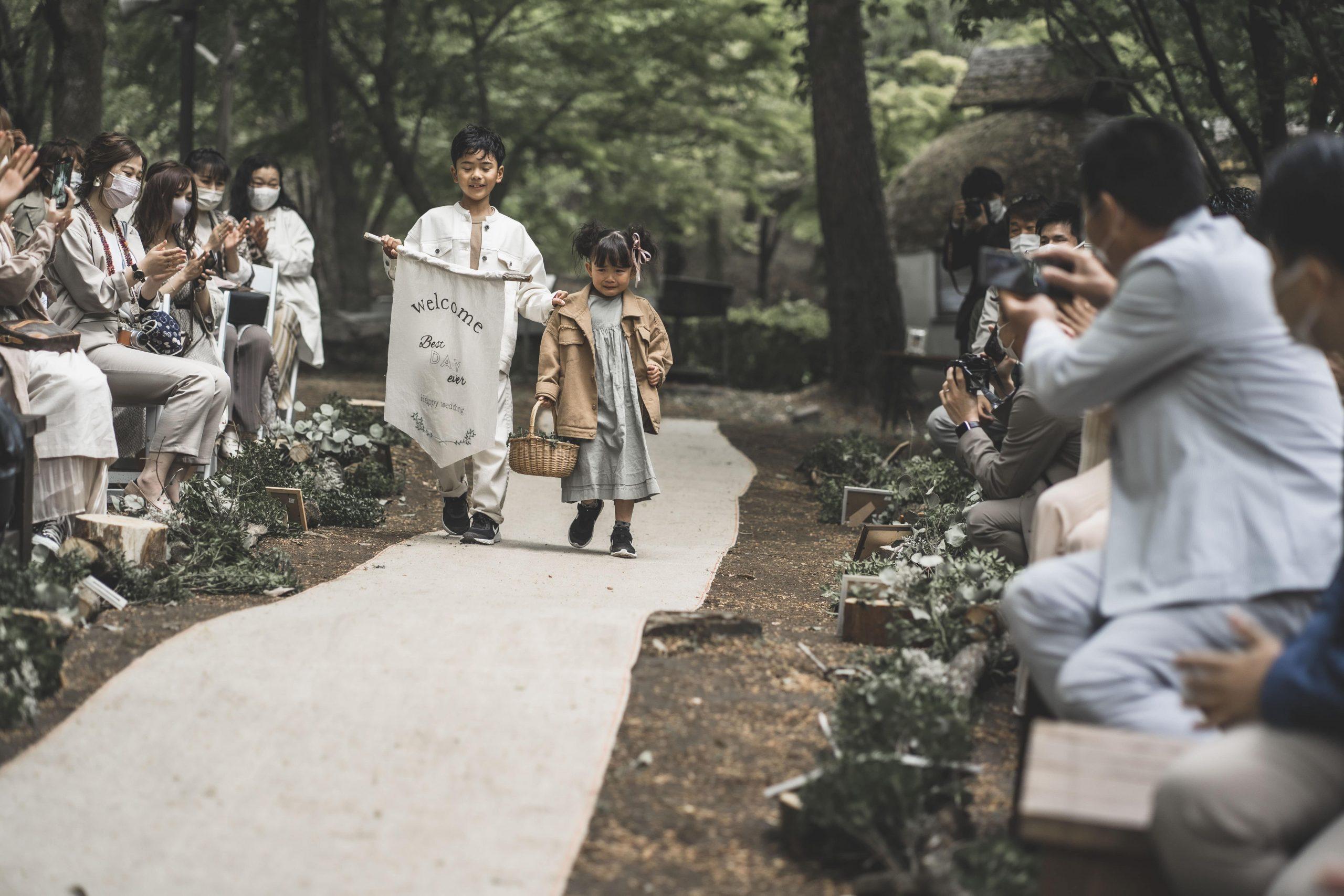 森の中の結婚式でのフラワーガールとリングボーイ