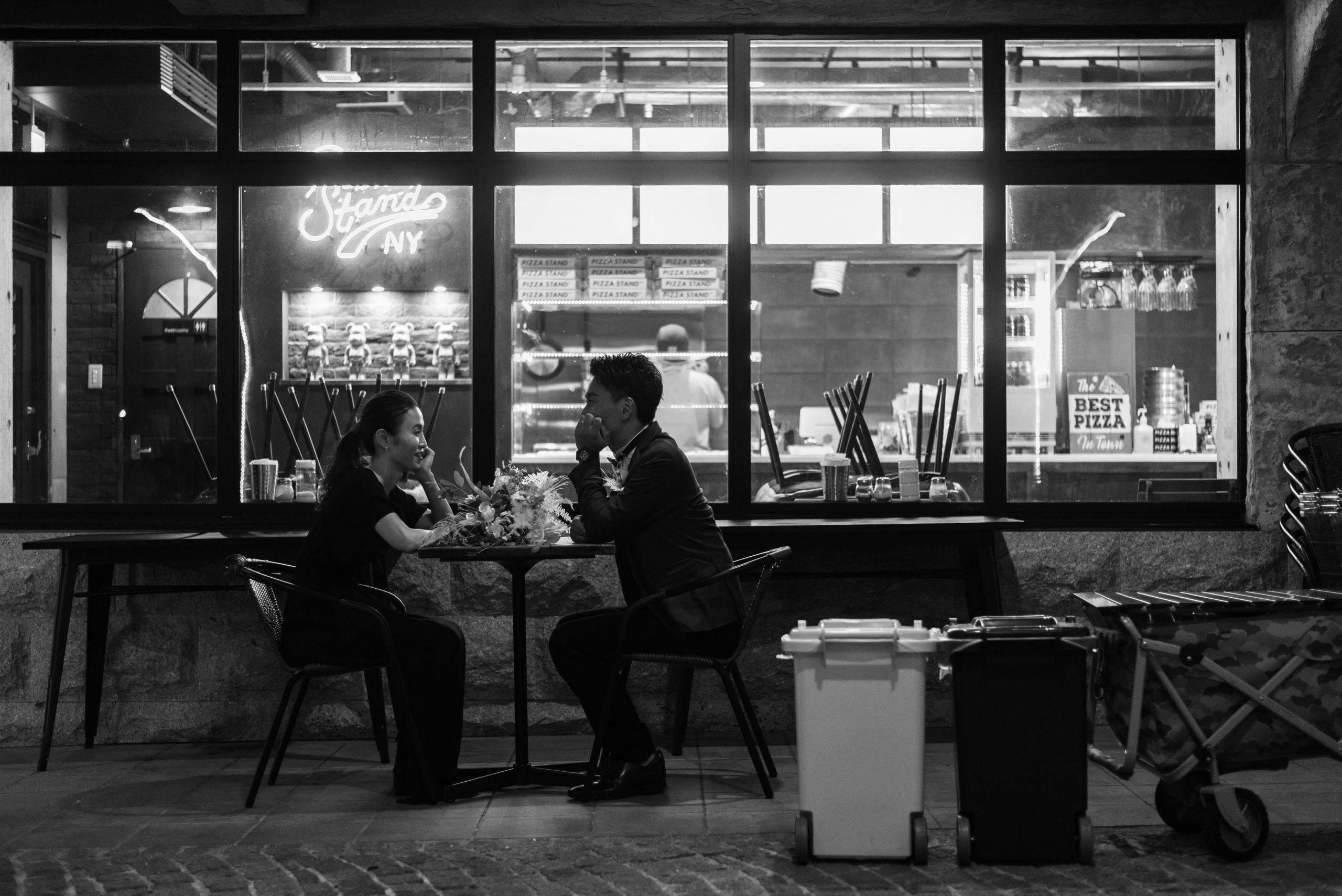 夜のカフェでの結婚式前撮り