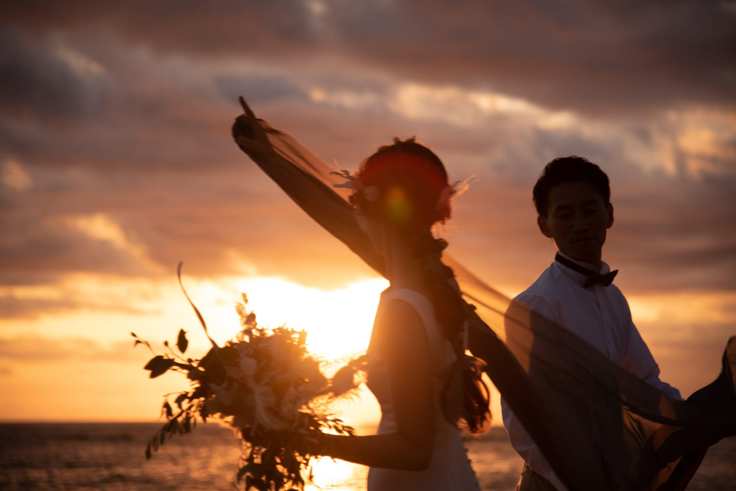 沖縄のビーチでサンセットを背にした前撮り