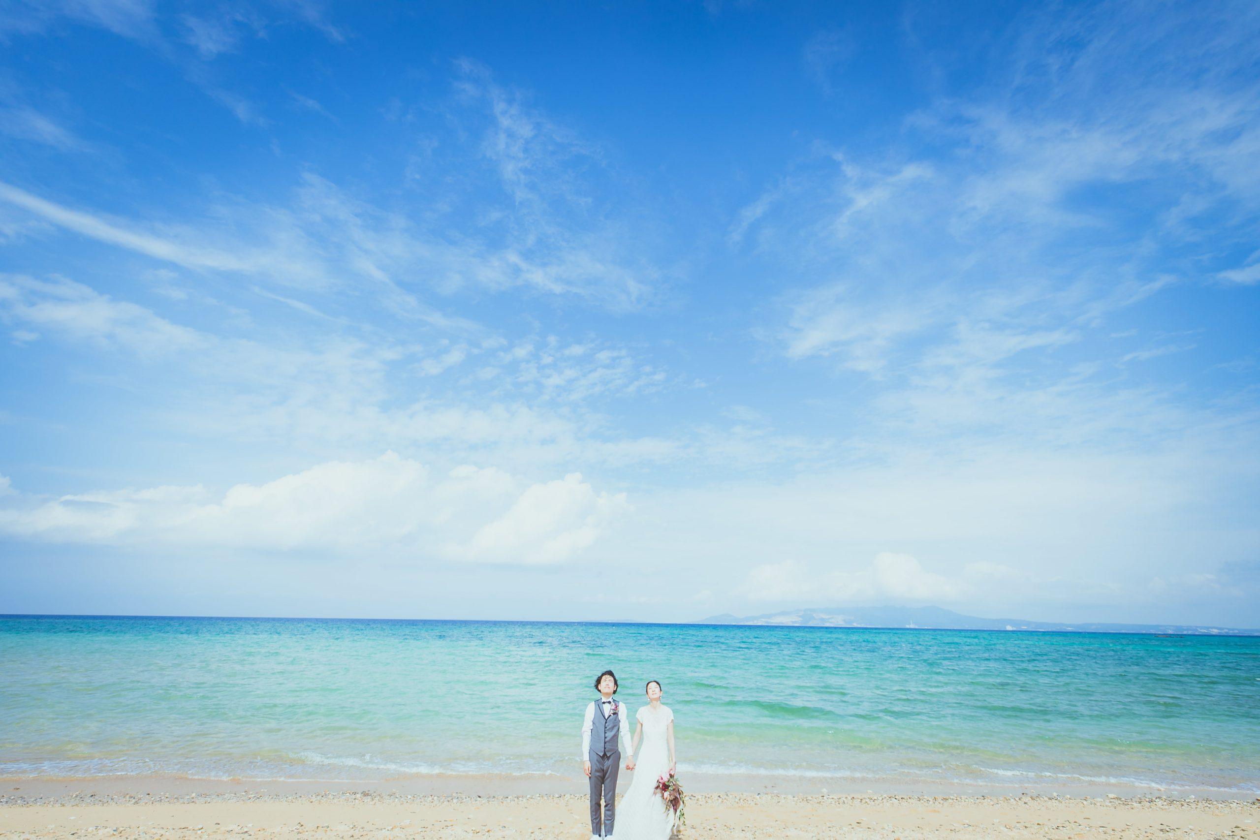 沖縄の青い海でのフォトウェディング