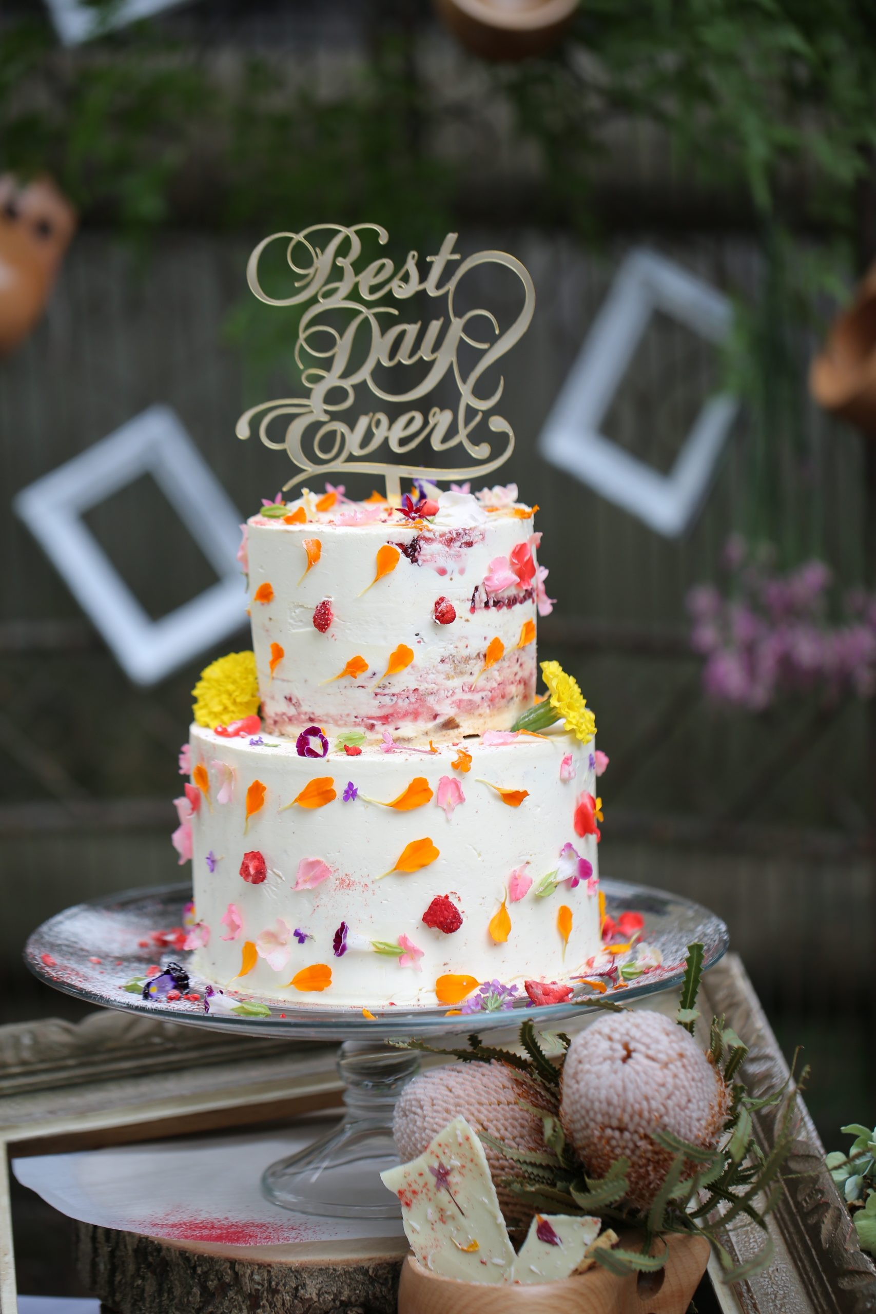 エディブルフラワーでデコレーションしたウェディングケーキ