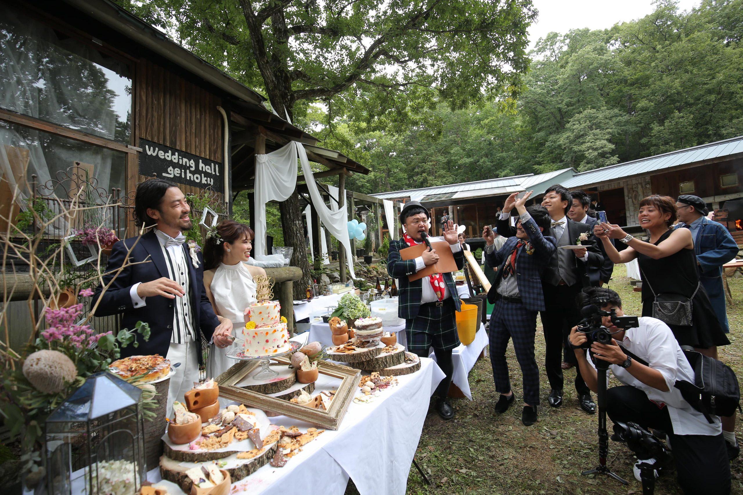 森の中の結婚式でのスイーツビュッフェ