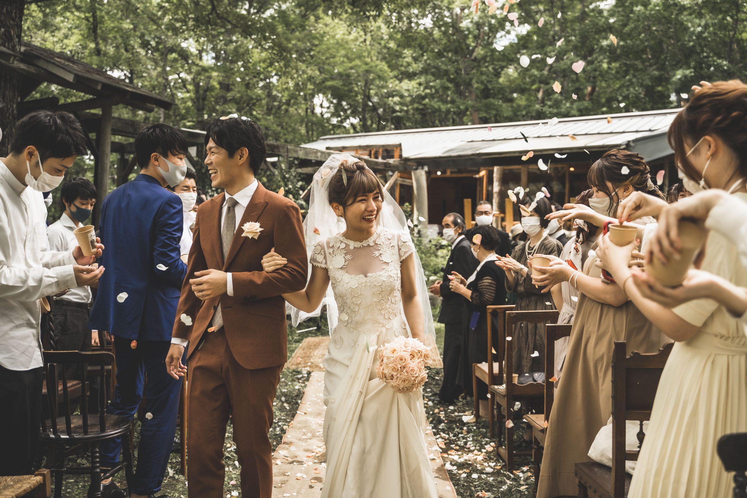 森の中の結婚式での新郎新婦