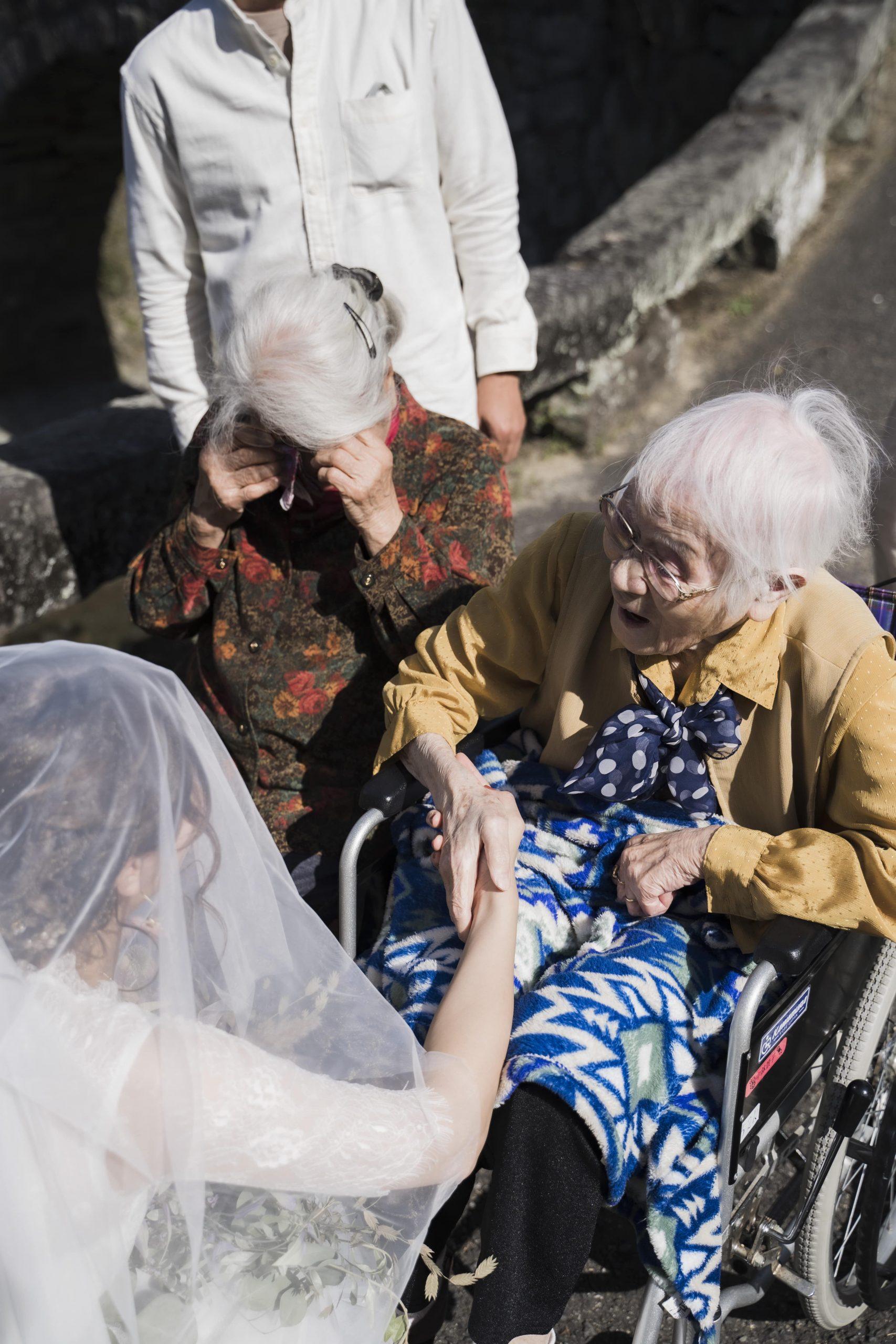 花嫁姿に感動して涙するおばあちゃん