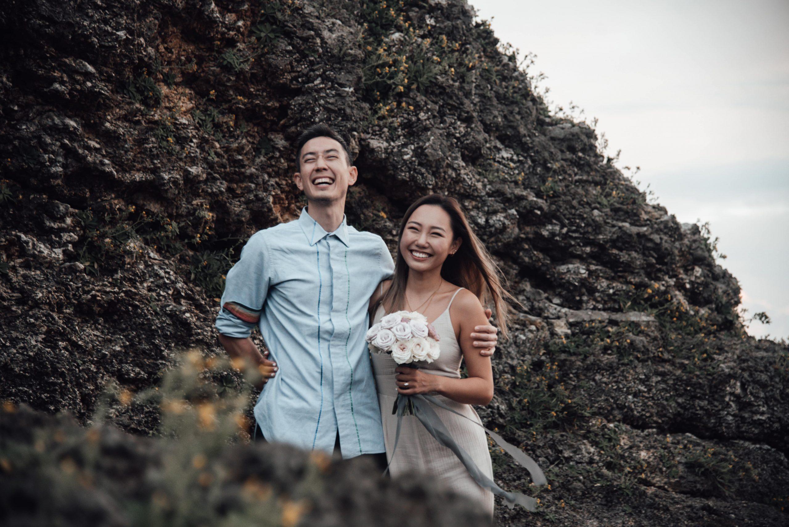 沖縄のビーチでプロポーズ成功したカップル