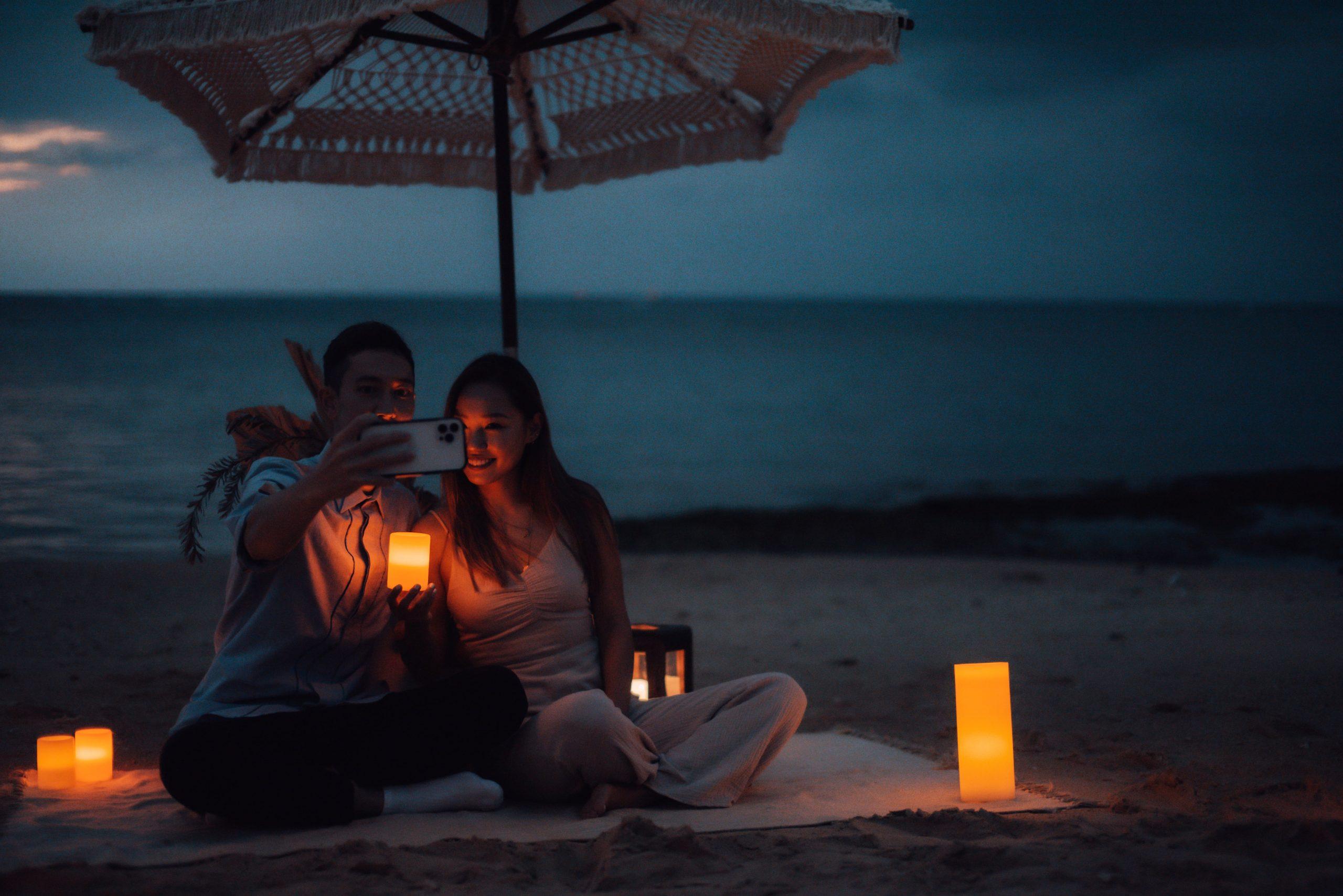 沖縄のビーチでロマンティックな時間を過ごすカップル