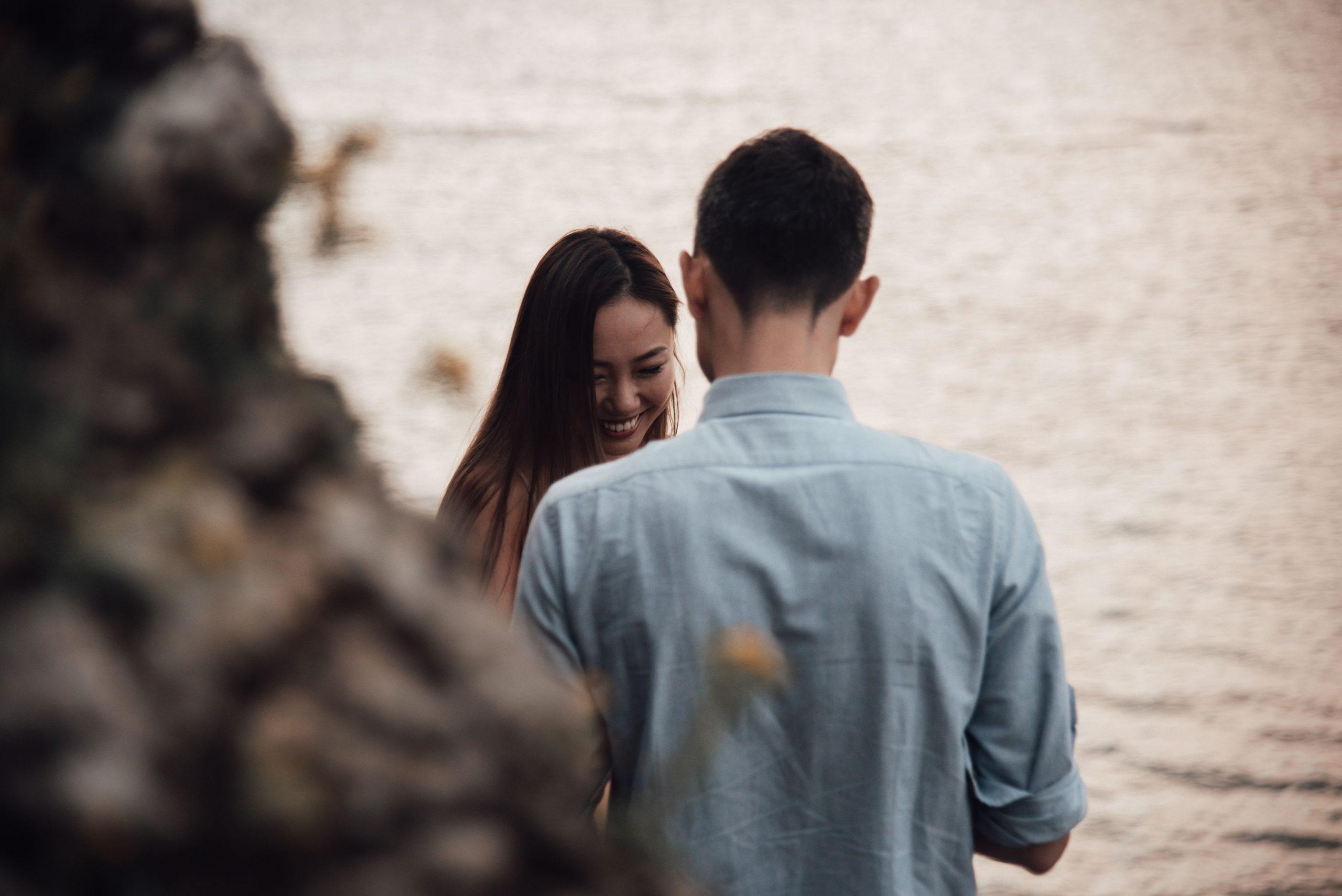 沖縄のビーチでのプロポーズシーン