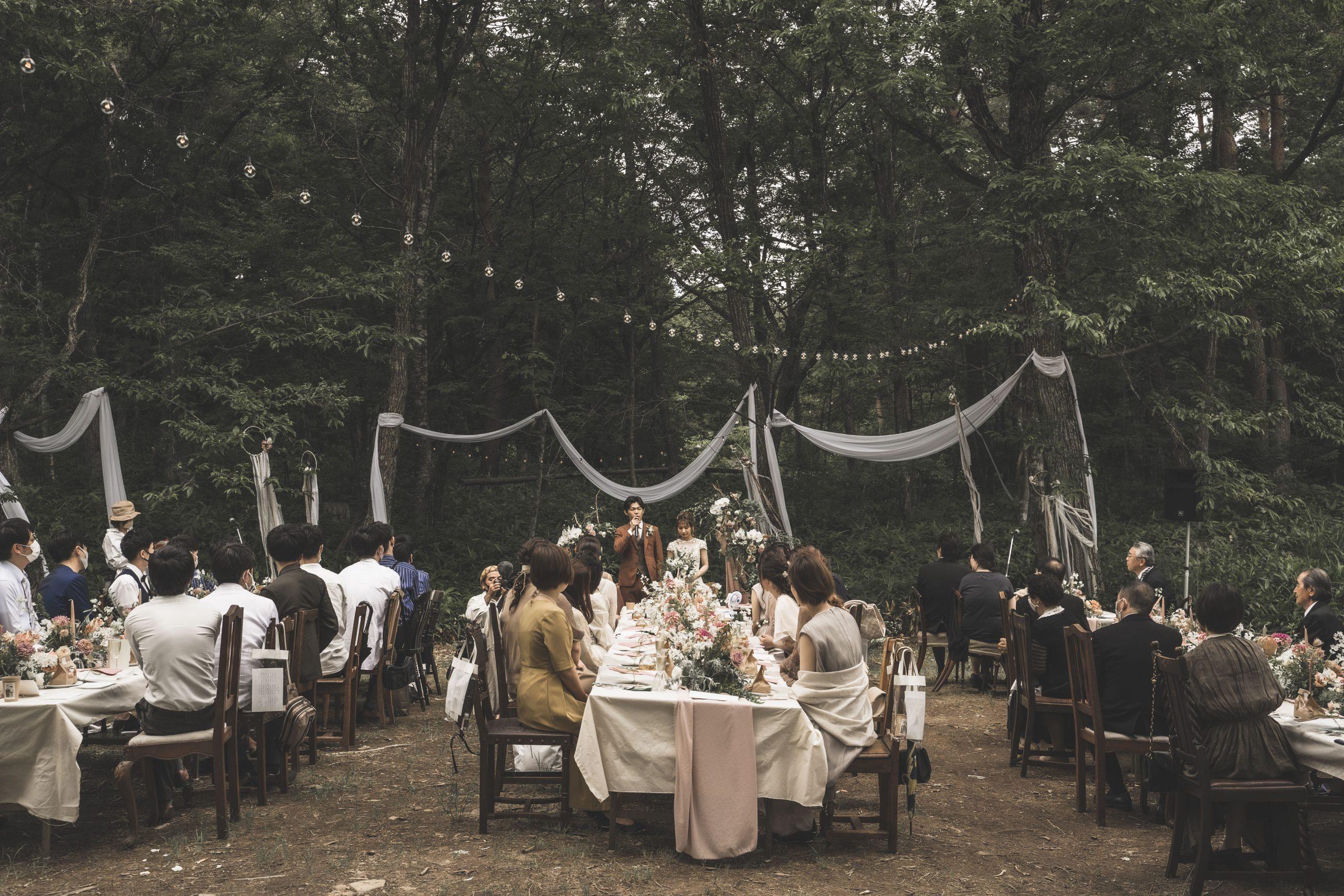 森の中のウェディングパーティー