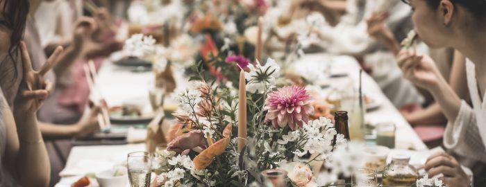 大人シックでシンプルな暖色系の卓上装花